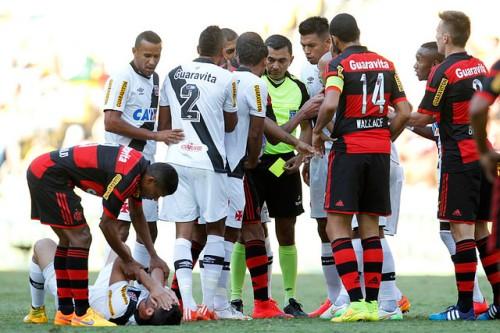 Na mão do juiz, o melhor jogador da partida (Foto: www.vasco.com)
