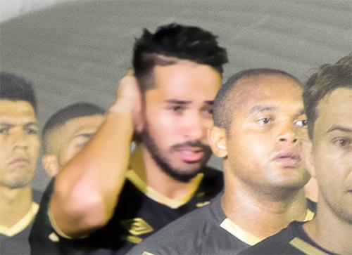 Na entrada do time, Luan parecia prever o que aconteceria. Foto (detalhe): www.vasco.com.br